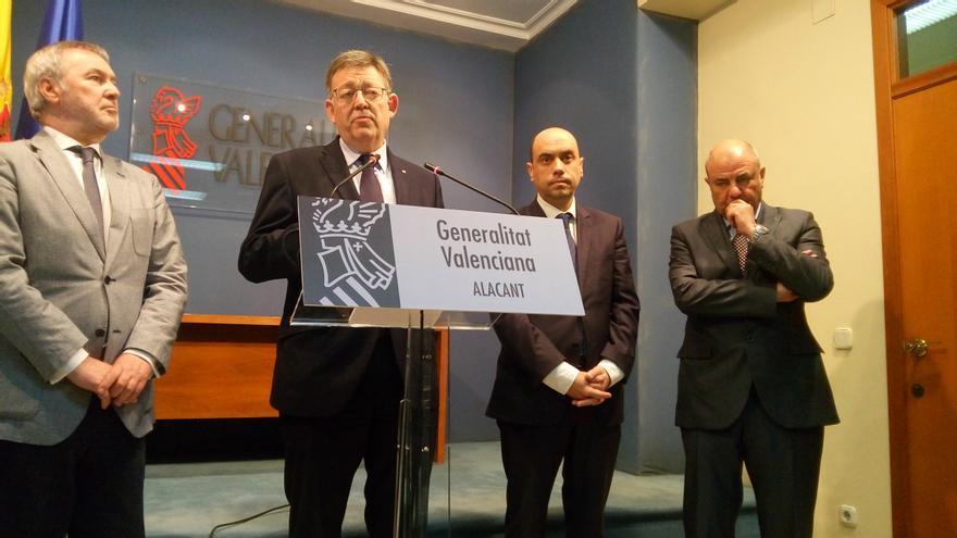 Ximo Puig habla en presencia del presidente del puerto, del presidente de la SPT y del alcalde de Alicante