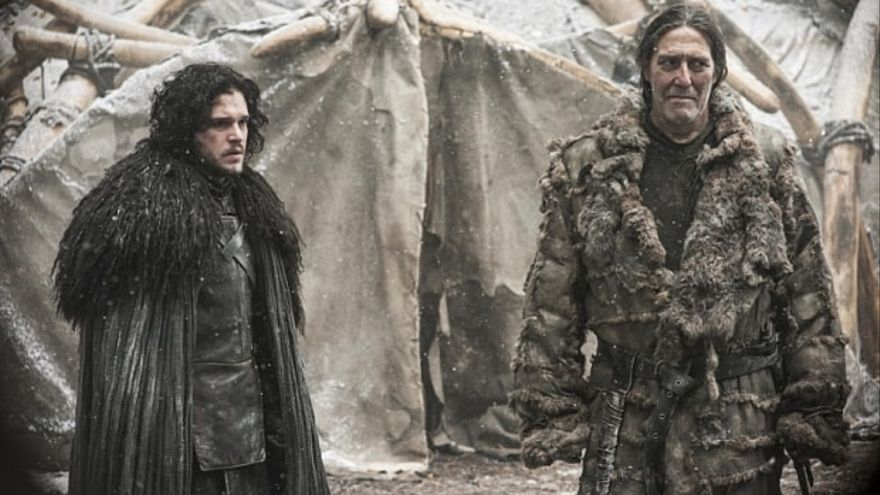 Jon Nieve (izquierda) y Mance Rayder (derecha).