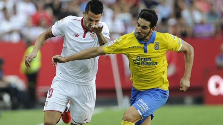 Vitolo y Pedro Bigas luchan por el balón durante el encuentro entre el Sevilla FC y la UD Las Palmas en el Ramón Sánchez Pizjuán.