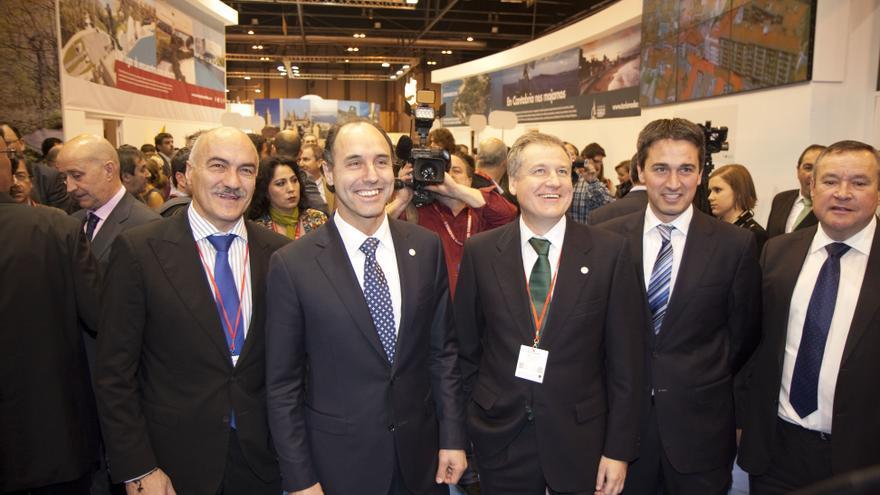 El presidente de Cantabria, acompañado por otros miembros del Gobierno y autoridades, durante la edición de Fitur 2014