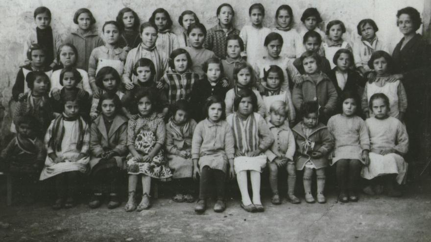 Una fotografia escolar dels anys 20 amb la mestra Francisca Sanchis, guardada per algunes de les antigues alumnes