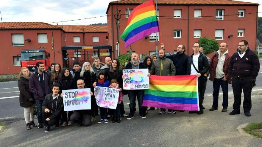 Protesta de Alas Coruña ante el cuartel de la Gurdia Civil de Pontedeume
