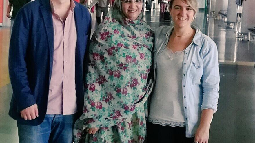 Amaia Arenal y Unai Orbegozo, junto a Aminatou Haidar. (TWITTER UdalBerri-Bilbao en Común)