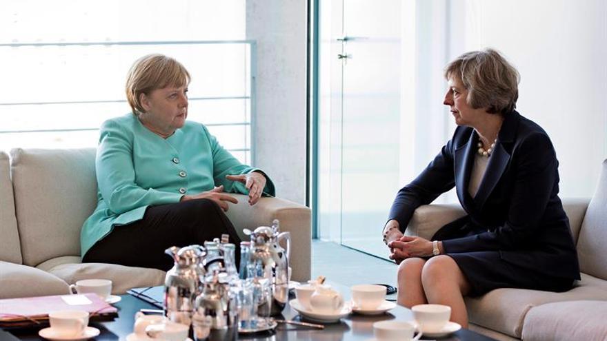 """Merkel y May apuestan por un diálogo constructivo ante un """"brexit"""" inevitable"""