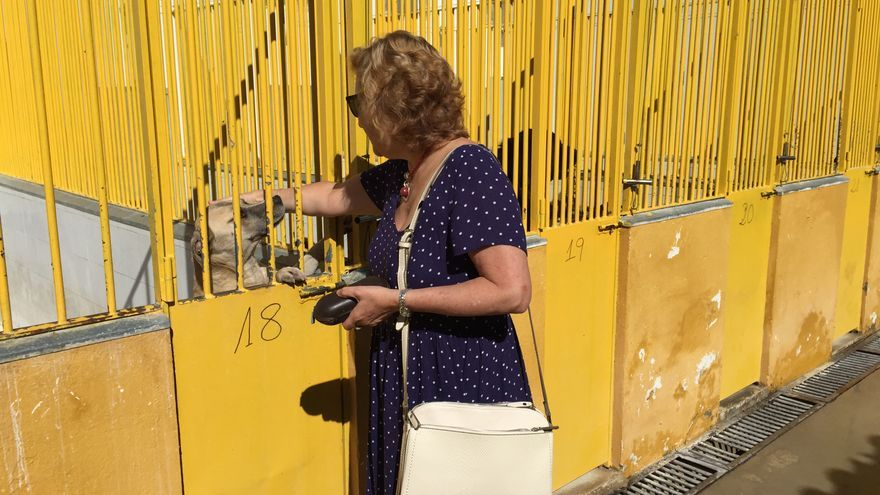 La concejala de Cs Badajoz Julia Timón en una visita a la perrera
