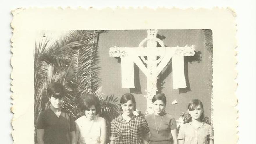 Cruz engalanda de la calle Baltasar Martín en 1966.