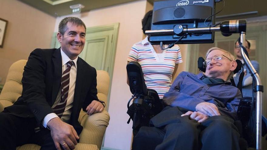 Fernando Clavijo junto a Stephen Hawking.