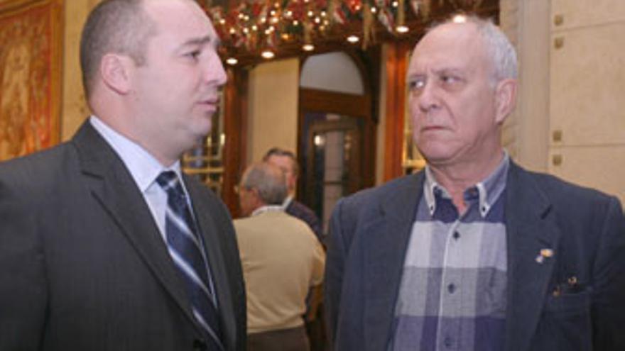 Miguel Ángel Ramírez es mirado de reojo por Manuel García Navarro. Enemigos íntimos en el devenir de la UD.