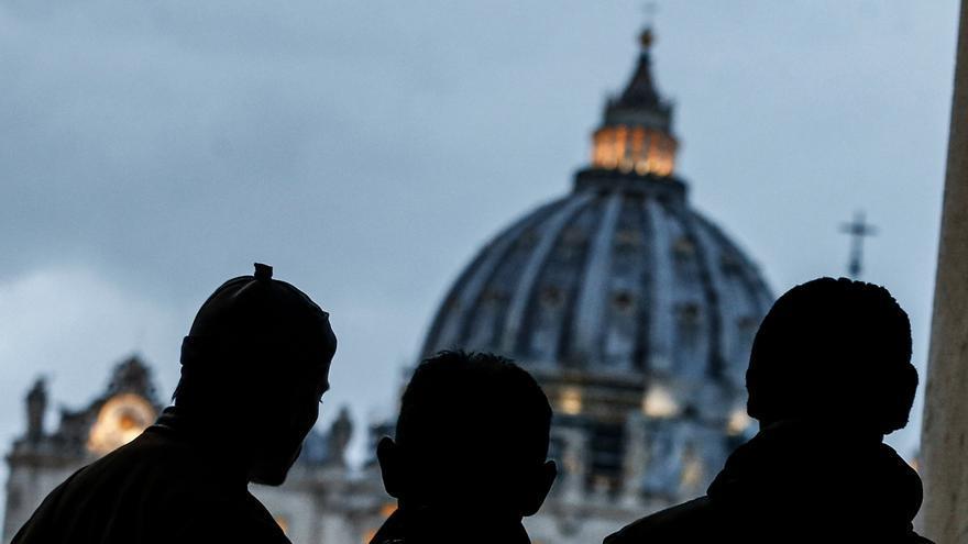 Gente a la Plaza de San Pedro mientras el Papa Francisco reza por el fin de la pandemia de coronavirus.