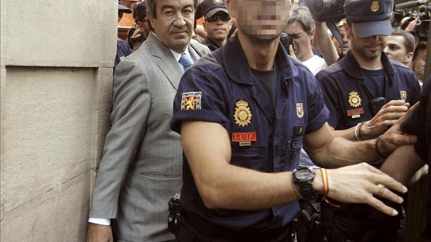 Álvarez Cascos abandona la Audiencia escoltado por agentes de la policía. / Efe