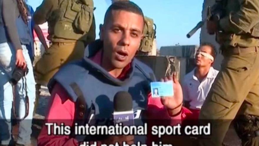 """Soldados israelíes arrestan, esposan y vendan a un futbolista palestino. El periodista dice: """"Este carné internacional de la FIFA no le ha ayudado"""""""
