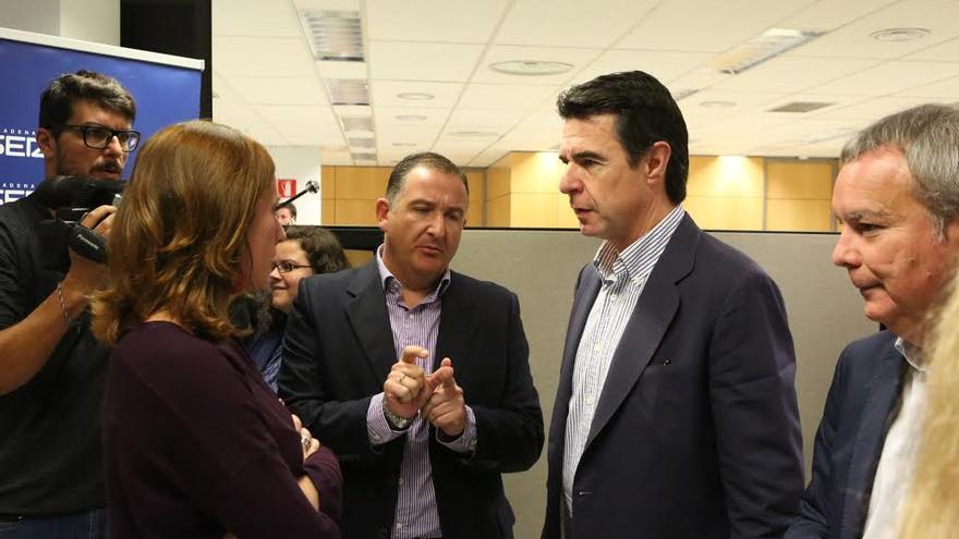 José Manuel Soria habla con Evaristo Quintana, moderador del debate.