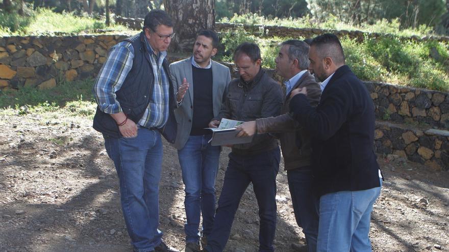 El director general de Infraestructura Turística, Héctor Suárez, y el alcalde de El Paso, Sergio Rodríguez, se reunieron para abordar los detalles de la colaboración en la mejora del entorno del centenario Pino de la Virgen.