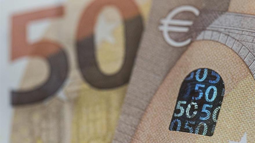 El euro baja a 1,1609 dólares