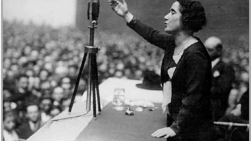 Clara Campoamor, una de las políticas que aparece en la app, durante un discurso / Foto: artehistoria.com