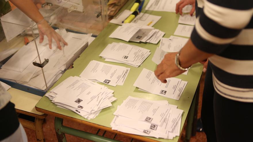 Recuento de votos en un colegio electoral de Las Palmas de Gran Canaria (Alejandro Ramos)