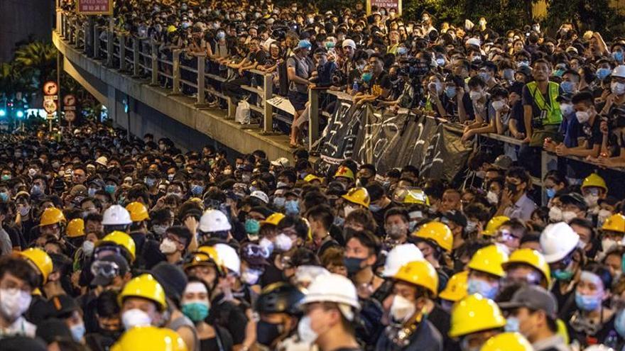 La policía de Hong Kong condena el asedio de 15 horas de manifestantes a su cuartel