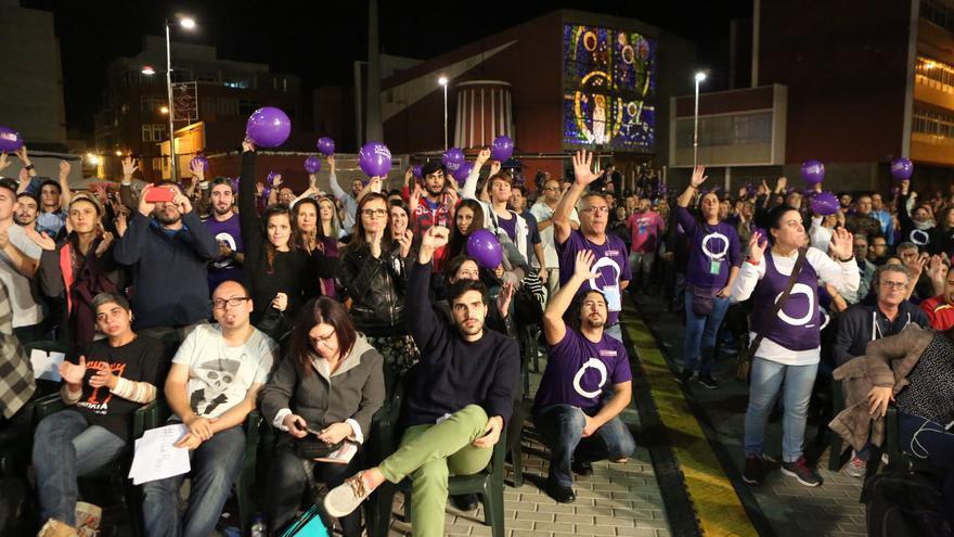 Asistentes al acto de Podemos en Gran Canaria (ALEJANDO RAMOS)