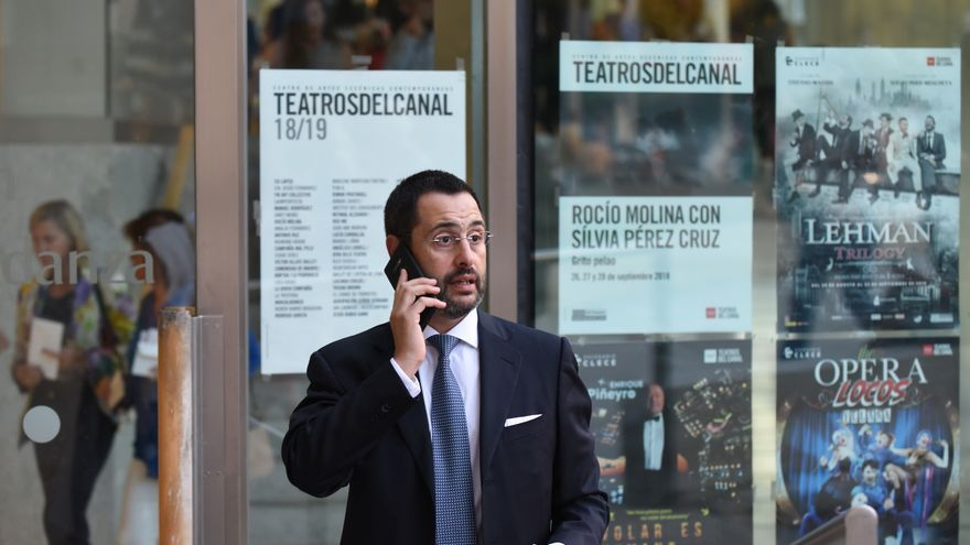 Un empleado del sector financiero a las puertas de los Teatros del Canal de Madrid