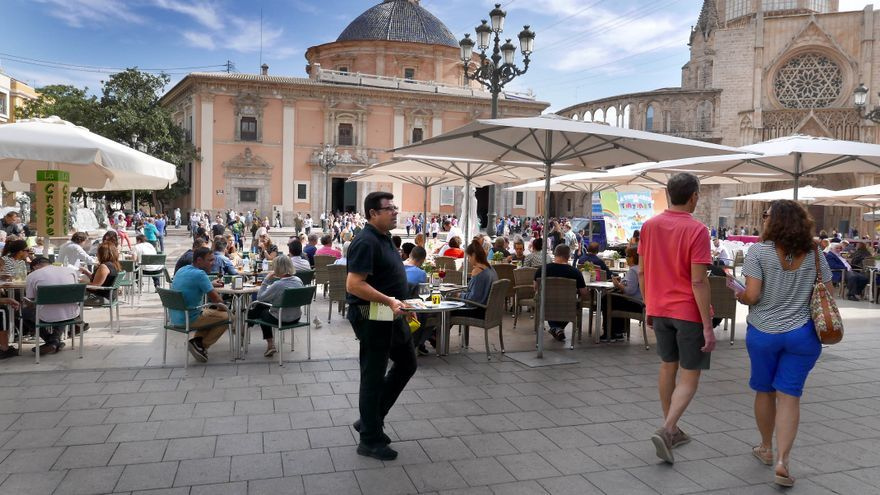 Turistes en la plaça de la Mare-de-déu, a València.