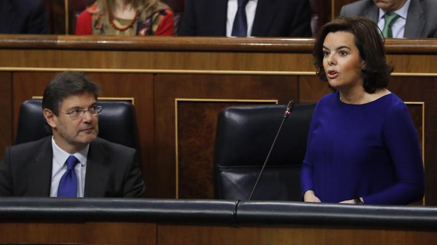 Sáenz de Santamaría acusa a Podemos de buscar el desprestigio de las instituciones