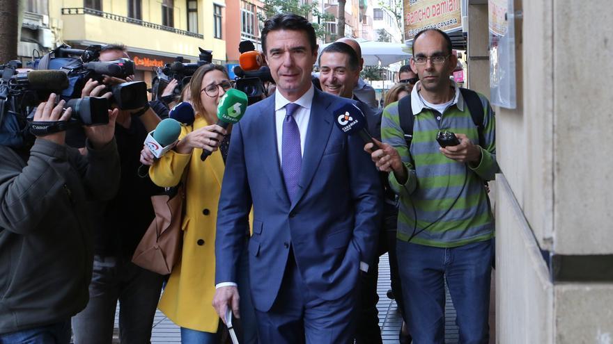 El exministro de Industria, Energía y Turismo, José Manuel Soria, a su llegada a la Cámara de Comercio de Gran Canaria rodeado de periodistas.