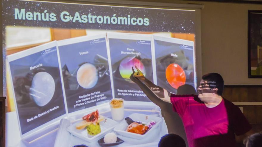 El guía starlight, Antonio González, asesoró a profesorado y alumnado del departamento de Hostelería y Turismo del IES Virgen de Las Nieves en la elaboración del menú G-Astronómico.