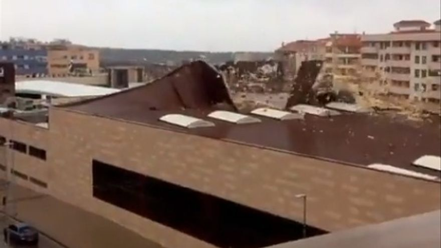 El temporal levanta la cubierta del centro deportivo El Perú Wellness de Cáceres