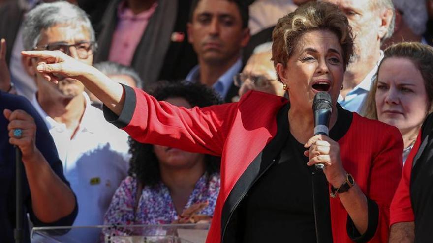 Rousseff aumenta el programa contra la pobreza y dice que resistirá hasta el final