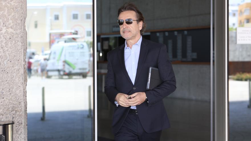Luis Soria, a su salida de los juzgados de la capital grancanaria tras declarar en el juicio del caso Eólico. (ALEJANDRO RAMOS)