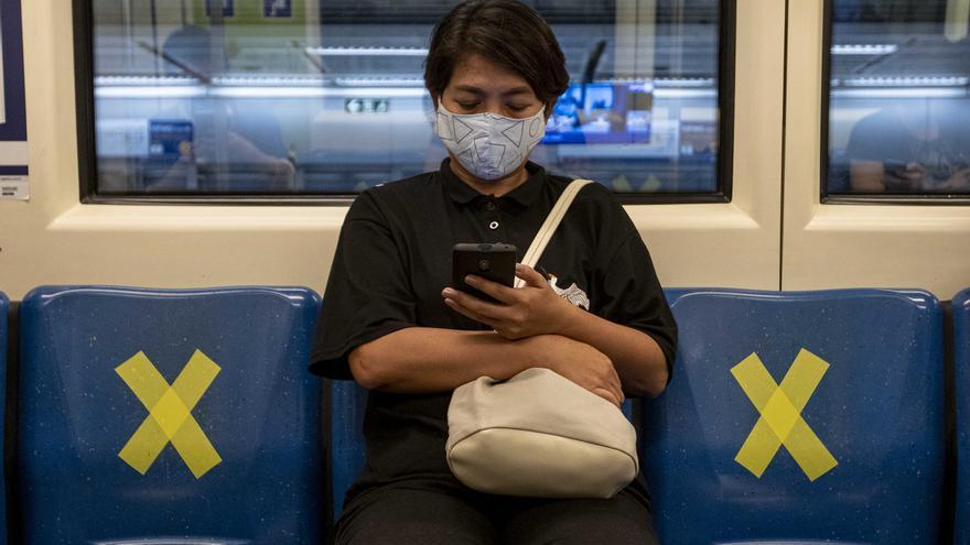 Una mujer con mascarilla en el metro de Bangkok Tailandia