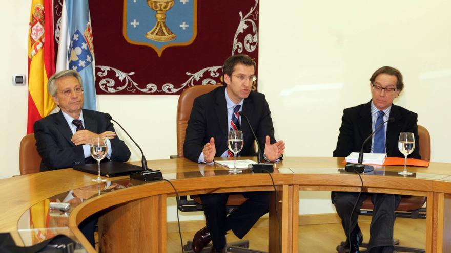 Feijóo, anunciando en 2009 el inicio de los contactos para la fusión con los responsables de las cajas