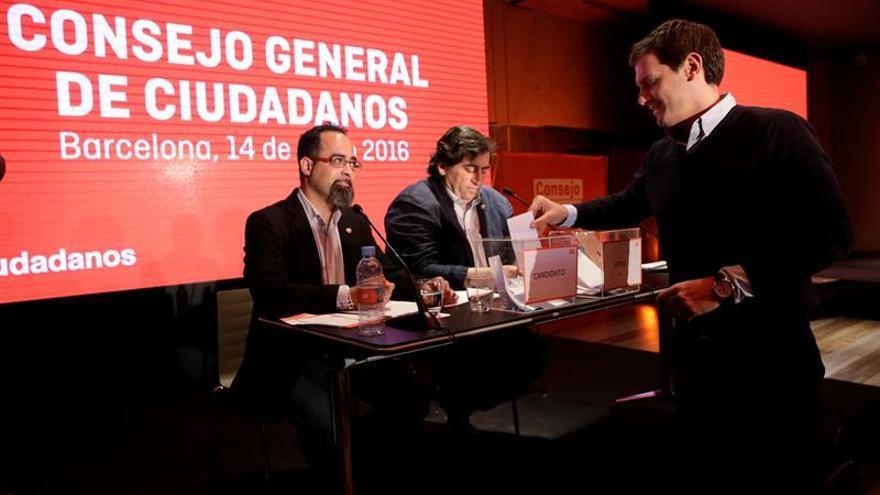 El presidente de Ciudadanos, Albert Rivera (d), vota durante el Consejo General del partido, en el que se han ratificado sus listas a las elecciones generales del próximo 26 de junio y se ha aprobado la candidatura de Rivera a la presidencia del Gobierno