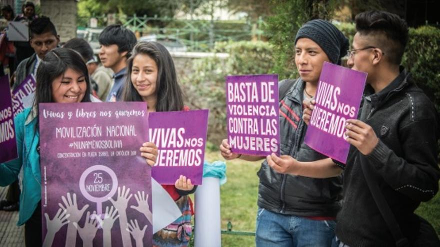 Varios jóvenes ed Bolviaia en una acto de la campaña 'Basta' de Oxfam Intermón.
