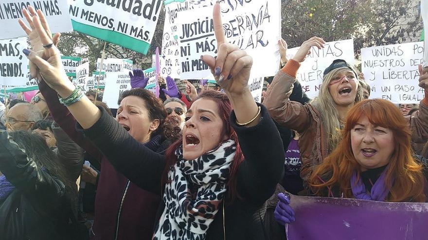 Las caras de odio de las manifestantes ante el parlamento andaluz bilaketarekin bat datozen irudiak