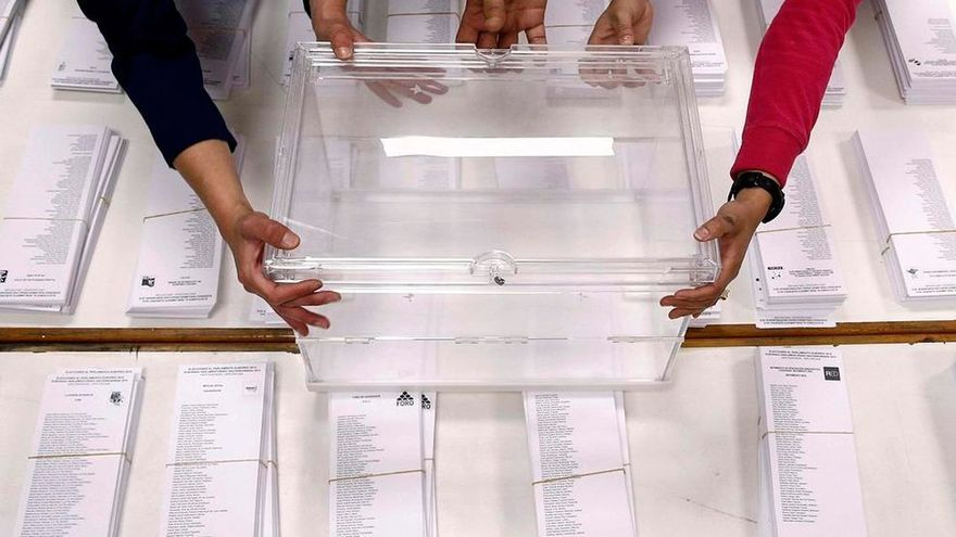 Urna sobre las papeletas en un colegio electoral. EFE