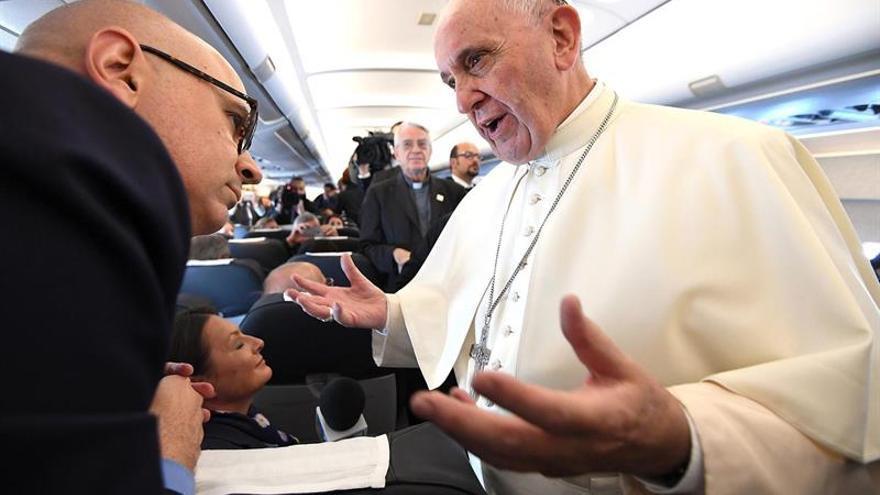 El papa Francisco, a bordo de un avión con destino al aeropuerto de Balice durante Jornada Mundial de la Juventud 2016 / EFE