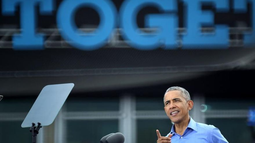"""Obama pide a sus votantes que elijan a Clinton para mantener sus """"principios"""""""