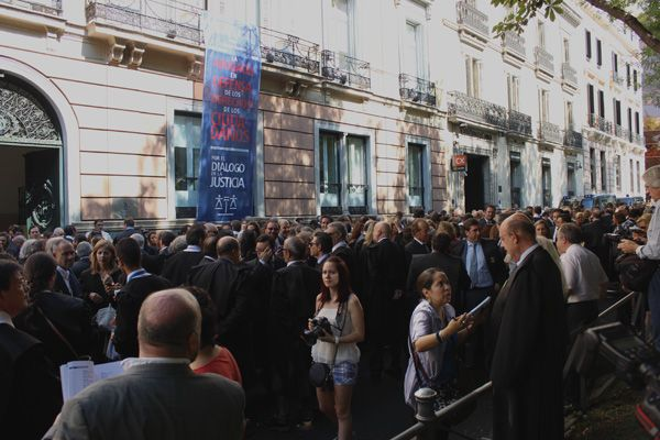 Manifestación en Defensa de la Justicia Gratuita frente a la sede del Consejo General de la Abogacía Española | Fotografía: Somos Chueca