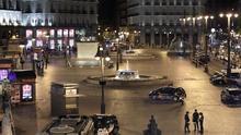 FOTOS: La Policía desaloja la Puerta del Sol para instalar un enorme retrato de Felipe y Letizia