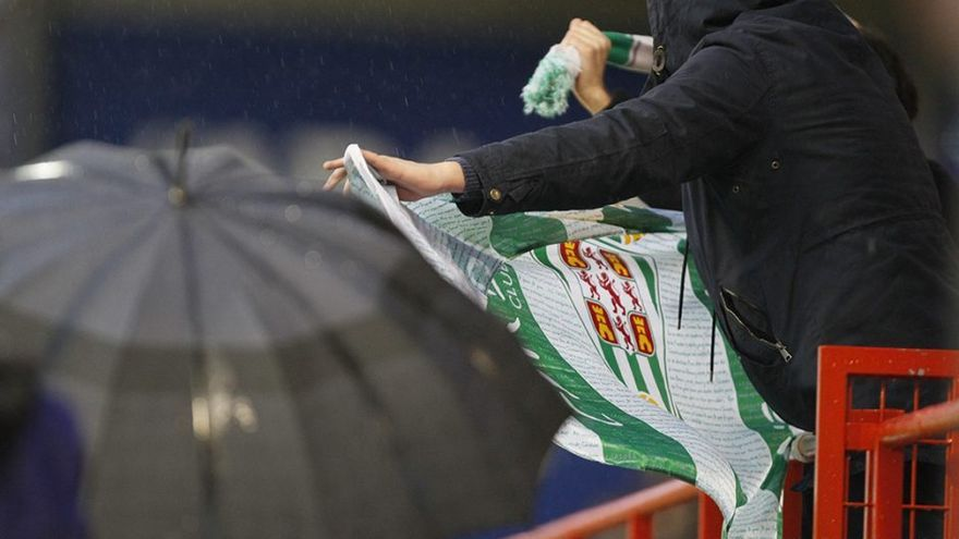 Un aficionado sostiene una bandera del Córdoba en Lugo | LOF