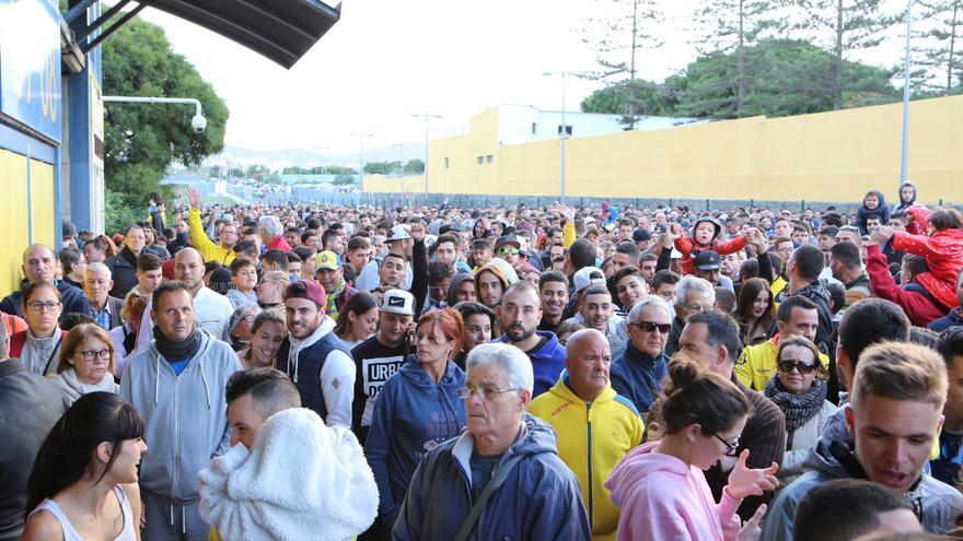 Los aficionados a las afueras del Estadio de Gran Canaria para acudir a la presentación oficial de Jesé. Alejandro Ramos.