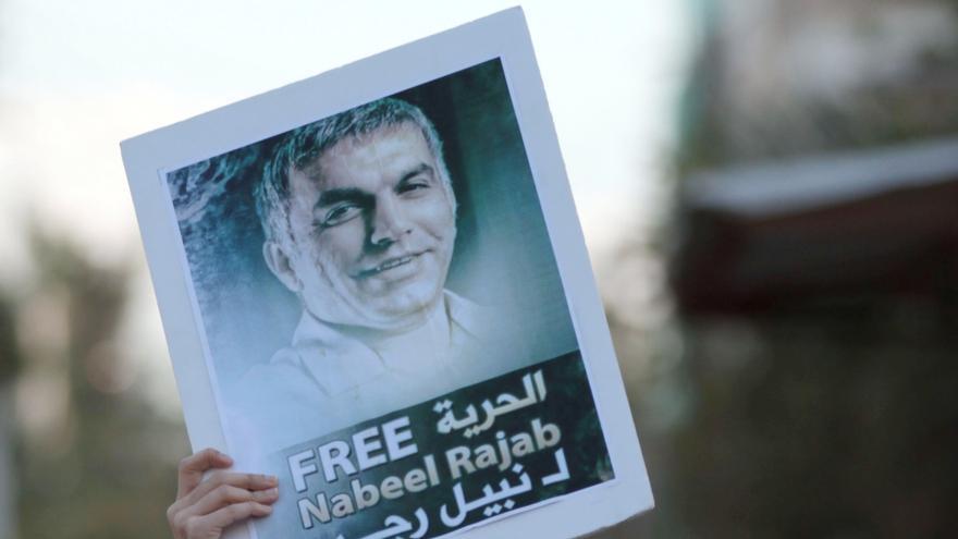 DICIEMBRE. Los ataques, el acoso y la persecución de defensores y defensoras de derechos humanos, así como el uso excesivo de la fuerza en las manifestaciones, tratan de silenciar las voces de miles de activistas  que en todo el mundo luchan contra las injusticias. Desgraciadamente, a veces lo consiguen, pero nuevas voces surgen. En la foto, una manifestante grita consignas a los antidisturbios mientras sostiene la foto del activista por los derechos humanos encarcelado, Nabeel Rajab en Barhéin. #libertadReunion // © AP Photo/Hasan Jamali