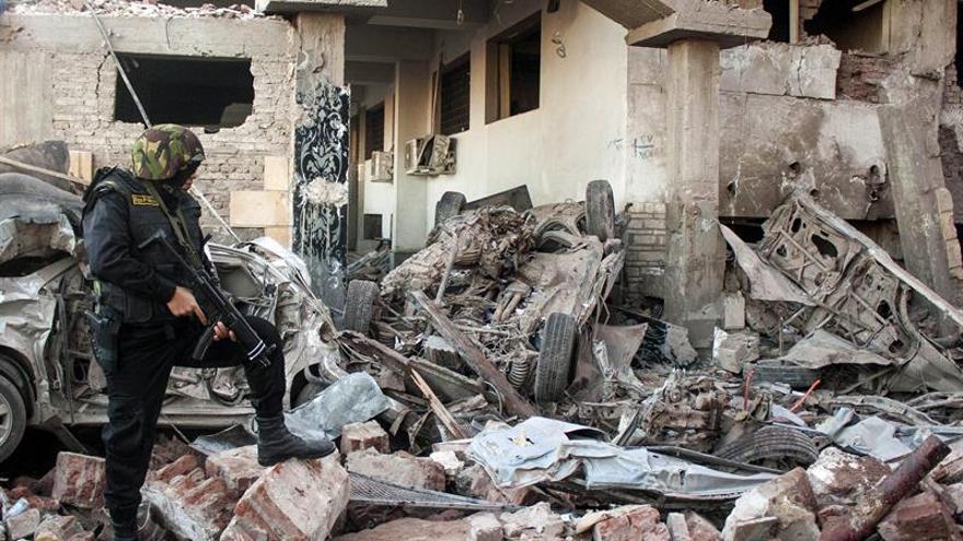 Cuatro policías muertos por la explosión de una bomba en el Cairo