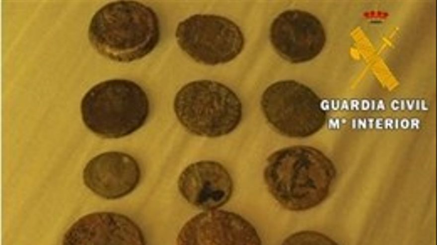 La Guardia Civil recupera una veintena de monedas romanas de la época imperial que vendían por Internet