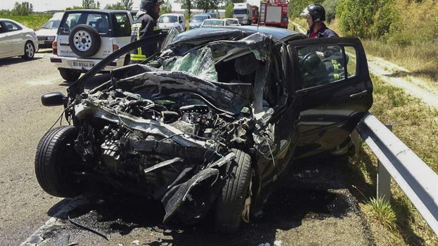 Un muerto y dos heridos al chocar un autobús y un turismo en la N-120 en León