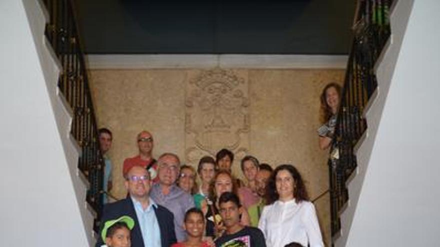 En la imagen, el grupo de niñas y niños saharauis, en el Cabildo, con el presidente, vicepresidente y consejera de Educación y Servicios Sociales.