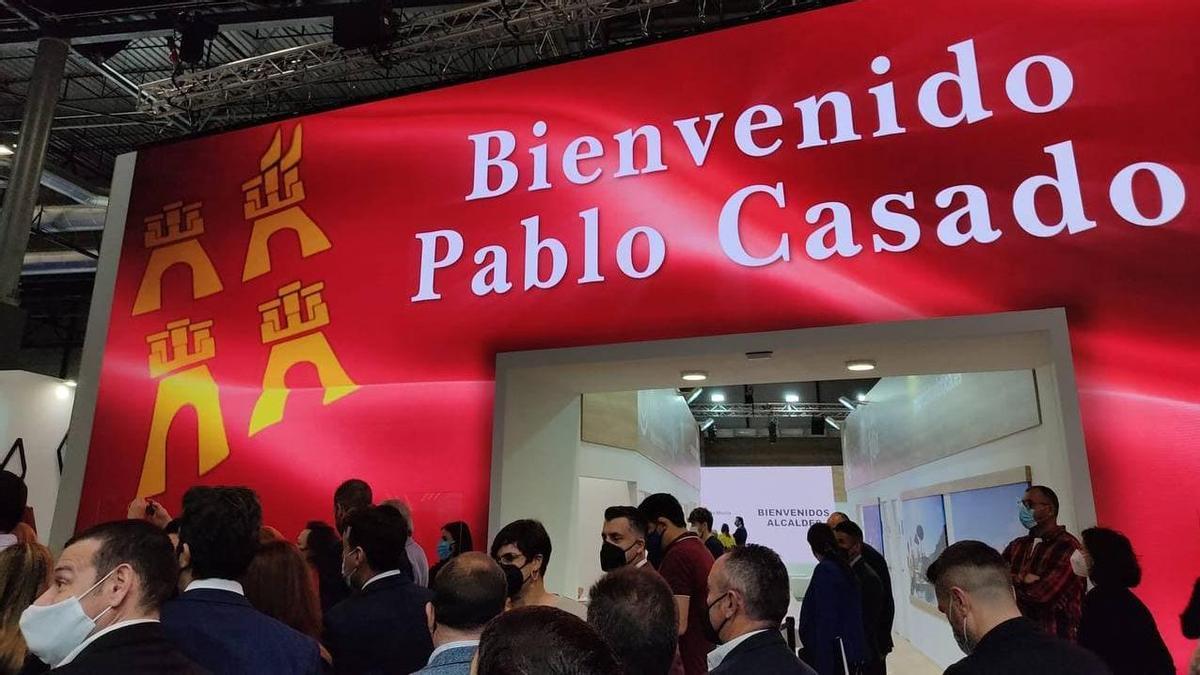 El 'stand' de la Región de Murcia en Fitur da la bienvenida a Pablo Casado