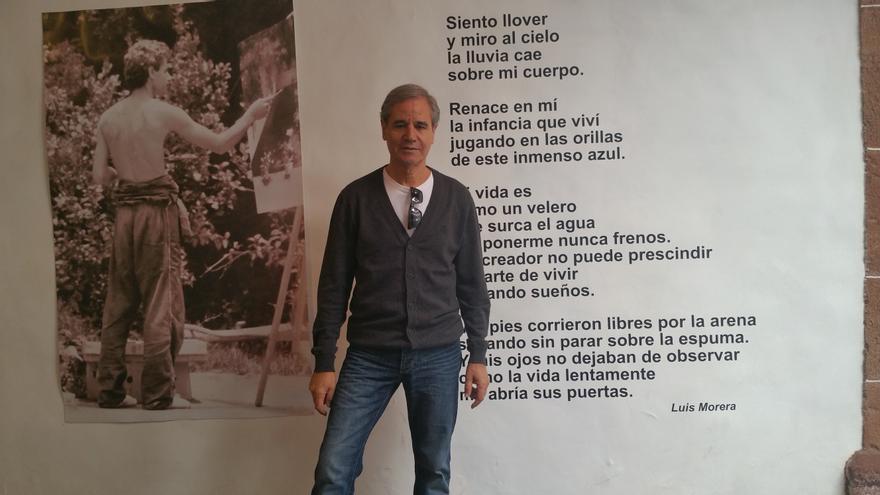 Luis Morera a la entrada de su exposición 'El arte de vivir'. Foto: LUZ RODRÍGUEZ.