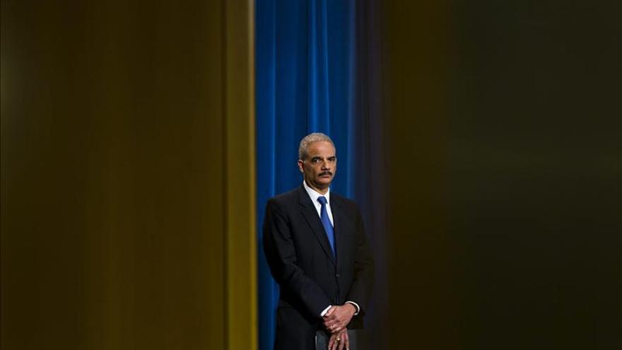Holder afronta una dura audiencia en el Congreso sobre los escándalos del IRS y AP